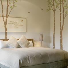 Decoración de interior, paredes con árboles de mentira