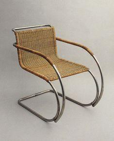 """Marius: """"Mies van der Rohe, 1927"""": De stoel waarin mijn vader (inmiddels overleden) altijd zijn krant las en sigaar rookte, vandaar mijn favoriet."""