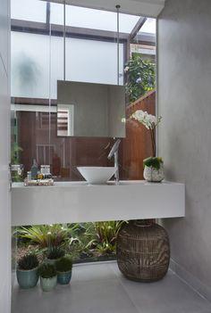 Casa VL Santa Mônica Jardins, Rio de Janeiro | Lavabo Área Externa Projeto e Decoração assinado por Angela Meza Arquitetur & Interiores