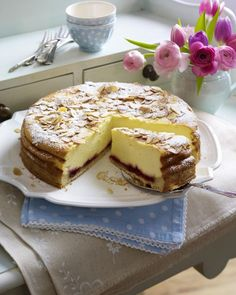 Heavenly Cheesecake with Almond Crust Recipe DELICIOUS- Himmlischer Käsekuchen mit Mandelkruste Rezept Pastel Sacher, Cupcake Filling Recipes, Almond Crust Recipe, Baking Recipes, Cake Recipes, German Baking, German Cake, Delicious Desserts, Yummy Food