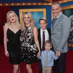 Reese Witherspoon brought along husband Jim Toth and her kids – Ava Phillippe, Deacon Phillippe, and baby of the family Tennessee Toth – to the premiere of 'Sing' in Los Angeles, California. Reese Witherspoon Husband, Reese Witherspoon Family, Ava Phillippe, Celebrity Kids, Celebrity Red Carpet, Celebrity Style, Celebrity Siblings, Kids Singing, Movies