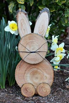Add a country touch to your easter decor with these DIY easter wood crafts. From outdoor easter wood signs to pallet easter wood projects, there are plenty of rustic easter decorations to choose from. Wooden Decor, Wooden Crafts, Wooden Diy, Diy And Crafts, Diy Wood, Diy Osterschmuck, Easy Diy, Simple Diy, Fun Diy
