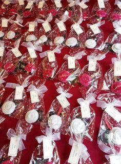 Detalles de comunión con materiales de primera calidad Sandra deseaba un detalle DIFERENTE para la comunión de su hija.  He realizado pulseras con cinta de sombrerería de color oro, rojo, lila y blanco. Me apasiona lo diferente partiendo siempre de la elegancia.