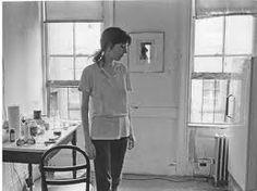 """patti Smith. 1946.""""Fue el verano en que murió Coltrane. El verano de «Crystal Ship».   Los hippies alzaron sus brazos vacíos y China hizo detonar la bomba de   hidrógeno. Jimi Hendrix prendió fuego a su guitarra en Monterey. AM   radio retransmitió «Ode to Billie Joe». Hubo disturbios en Newark,   Milwaukee y Detroit. Fue el verano de la película Elvira Madigan, el   verano del amor. Y en aquel clima cambiante e inhóspito, un encuentro   casual cambió el curso de mi vida."""