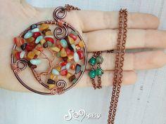 Bellissima collana con ciondolo albero della vita realizzato con la tecnica wire wrap con chips di colori autunnali. Si indossa vicino il cuore e può