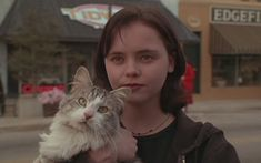 That Darn Cat (1997). Christina Ricci as Patti Randall uses a library computer to look up information about a kidnapped maid. http://www.imdb.com/title/tt0120317/