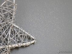 Taika Stardust kimallelasyyri sisältää pieniä, hopean tai kullan värisiä glitterhippusia. Taika Stardustin voit telata tavallisen seinämaalin päälle.