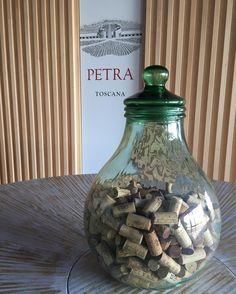 """A vinícola Petra na """"Strada del Vino"""" tem uma arquitetura moderna e de impacto. Com um lindo campo repleto de vinhedos e oliveiras a Petra fica nos arredores de Suvereto uma  cidadezinha medieval com apenas três mil habitantes. O projeto da cave no Val di Cornia é assinado pelo famoso arquiteto suíço Mario Botta (autor do Museu de Arte Moderna de São Francisco o SFMoMA). Com áreas escavadas no meio da colina para maior controle de temperatura e umidade o projeto foi descrito pelo jornal The…"""