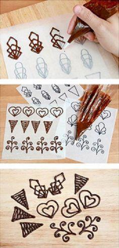 Dantela fina din ciocolata pentru ornat prajiturile – Invatam cum se face din aceste idei practice Bomb Cake, Chocolate Bomb, Chocolate Decorations, Frosting, Cake Decorating, Sweets, Creative, 21st, Foods