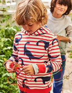 This comfortable and playful hoody is ready for anything. The cosy fabric and hood make it the perfect companion for chilly seaside adventures, and the handy side pockets are a great hiding place for super-important, top-secret stuff.