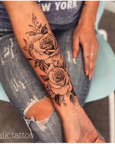 Tag someone who loves tattoos. Beauty jewelry and clothing Informations About Kennzeichnen Sie jemanden, der Tattoos liebt. Beauty Schmuck und Kleidung - flower tattoos P Rosen Tattoo Frau, Rosen Tattoos, Diy Tattoo, Tattoo Fonts, Gold Tattoo, Tattoo Black, Tattoo Ink, Arm Tattoo Ideas, Tattoo Drawings