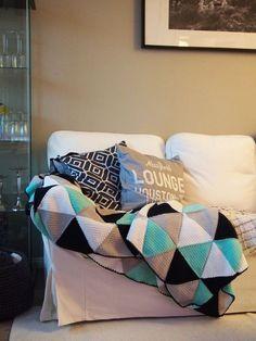Pientä kivaa -blogissa on virkattu torkkupeitto - kolmioista! Crochet Baby, Knit Crochet, Crochet Square Blanket, Tapestry Crochet, Bead Weaving, Diy Crafts, Throw Pillows, Crafty, Quilts