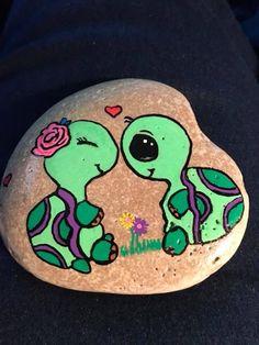 🌿 🐢 pebble painting, pebble art, turtle painting, pebble stone, stone a. Turtle Painted Rocks, Painted Rock Animals, Painted Rocks Craft, Hand Painted Rocks, Rock Painting Patterns, Rock Painting Ideas Easy, Rock Painting Designs, Turtle Painting, Pebble Painting