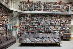 Let us take a look inside the private library of one of the most celebrated fashion designers, Karl Lagerfeld. Karl Lagerfeld, Home Library Design, Dream Library, Library Ideas, Library Wall, Big Living Rooms, Living Room Trends, Minimalist Interior, Modern Interior Design