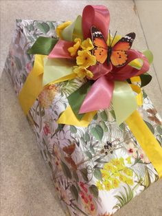 wrapping with ribbon and butterfly Gift Wrapping Bows, Gift Wraping, Present Wrapping, Creative Gift Wrapping, Creative Gifts, Wrapping Ideas, Pretty Packaging, Gift Packaging, Butterfly Gifts