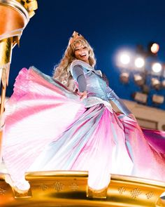 She's got a pretty dress! Plus it's like the movie when Flora and Pimprenelle fight everytime for this Disney Dream, Cute Disney, Disney Magic, Sleeping Beauty Cosplay, Disney Sleeping Beauty, Robes Disney, Disney Costumes, Disney World Princess, Disney Princesses