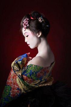 Al ver los flamantes peinados de geisha, nos quedamos asombradas de semejante belleza. Complicados de realizar pero aquí te enseñamos como hacerlos y más.