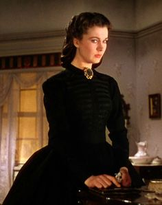 Gone with the Wind ~ Vivien Leigh as Scarlett O'Hara wearing a cotton mourning dress with long sleeves and ribbon embellishment on the front. Scarlett O'hara, Vivien Leigh, Rhett Butler, Wind Movie, Mourning Dress, Beau Film, Civil War Dress, Actrices Hollywood, Period Outfit