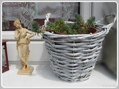 liebevolle fensterbank Wicker Baskets, Plant Hanger, Design, Home Decor, Repurposed, Repurpose, Homemade Home Decor, Interior Design