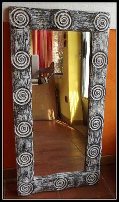 SPECCHIO In legno con Spirali!!! Colore legno decapato Bianco Arreda la tua casa con qualcosa di esclusivo!!! importato direttamente. Realizzato completamente a mano provenienza : Indonesiana Le piccole imperfezioni che si possono riscontrare sono la garanzia di un oggetto lavorato a mano DIMENSIONI: CM 100x50x2,5 spesso CIRCA Cornice cm 10 NOTA LA PARTICOLARITA' DELLA LAVORAZIONE!!