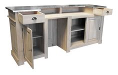 Une fois ouvert, ce meuble de bar en 240cm en chêne massif révèle tout son potentiel : deux tiroirs, deux portes coulissantes, une porte ouvrante, un espace réfrigérateur et des étagères. De quoi ranger, disposer d'un meuble solide et d'un beau plateau en zinc acier.
