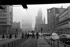 Berlin: Hardenbergstraße mit Gedächtniskirche und Europa-Center vom Bahnhof Zoo (1960)