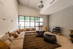 Salón estilo industrial | Proyecto de reforma Loft Barcelona | Standal #reformaintegral #reformas #Standal #loft #interiorismo #decoración #sofás