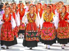 Portuguese Culture, Folk Clothing, Big Country, Inspiration Mode, World Cultures, Dance Costumes, Traditional Dresses, Folklore, Vintage Fashion
