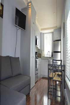 Little Cozy Home Vancouver (British Columbia) Offering a full kitchen and dining area, the Little Cozy Home in located in Vancouver?s residential neighbourhood, only 9 minutes away from West Ave shopping centre. Free WiFi is provided. Dining Area, Kitchen Dining, Washing Machine And Dryer, Beautiful Hotels, Glass Shower, Shopping Center, Free Wifi, Leather Sofa, Cozy House