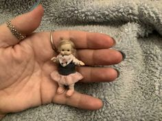 Miniature Handmade Mini Baby Mädchen Kleinkind OOAK Dollhouse Sculpt verbundenes Puppe | eBay Dollhouse Dolls, Miniature Dolls, Toddler Girl, Sculpting, Quilt, Miniatures, Handmade, Ebay, Girl Toddler