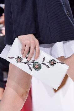 Mini bolsos de lujo: el complemento perfecto para tu look de fiesta