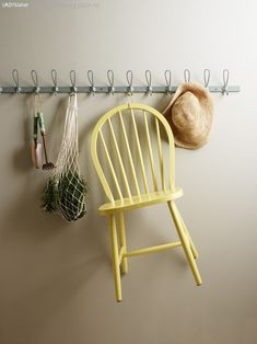 DIY: Nydelig stol malt med Jotun 10235-Sommergul Outdoor Chairs, Outdoor Furniture, Outdoor Decor, Wall Colors, Paint Colors, Wishbone Chair, Hanging Chair, Terracotta, Clothes Hanger