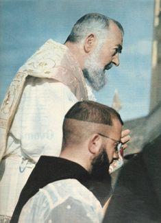 """""""Ocupe seu tempo tentando ganhar almas para Jesus."""" (Padre Pio de Pietrelcina)"""