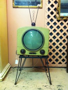 Retro Vintage lollodj: retrogasm: If I had this vintage TV I would watch space movies all day… - Vintage Tv, Vintage Antiques, Vintage Items, Vintage Stuff, Vintage Green, Muebles Art Deco, Vintage Television, Retro Home Decor, 1950s Decor