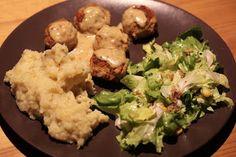 Momos Abendessen: ein bunter Teller mit veganen Köttbullar, Kartoffelpürree und Endiviensalat.http://einfachveganleben.blogspot.de/2012/11/halloween-vegan-wednesday-logo-der.html
