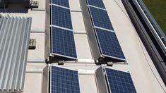 An Sonnentagen, wenn man mit der Photovoltaikanlage am meisten Strom erzeugt, braucht man ihn weniger als abends und an kühlen Tagen. Dennoch ist es möglich, den Eigenverbrauch aus einer Anlage eklatant zu steigern und damit die Vorteile des Gratisstroms aus der Sonne ideal zu nutzen. So aktiviert ein intelligentes Haustechniksystem Ihre Wärmepumpe dann, wenn die Photovoltaikanlage Überschüsse produziert und speichert die Energie als Warmwasser im Pufferspeicher. Solar Panels, Outdoor Decor, Home Decor, Benefits Of, Sun, Sun Panels, Decoration Home, Solar Power Panels, Room Decor