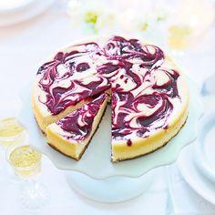 Variera din cheesecake med pepparkaksbotten. Gör ett tjusigt mönster av bärsåsen med hjälp av en kniv eller palett. Enklare än du tror och mycket snyggt!