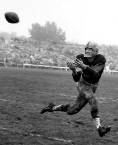 Billy Howton - File Photos  Green Bay Packers end Billy Howton catches a pass in a 10-3 loss to the Chicago Bears on October 3, 1954 in City Stadium in Green Bay, Wisconsin. (Photo by Vernon Biever/NFL)