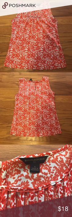 Banana Republic Sleeveless Tank, S Show off your sun-kissed shoulders in this Banana Republic Sleeveless tank! 100% polyester. Only worn once or twice! Reddish-orange pattern. Excellent condition! Size Small! Banana Republic Tops Tank Tops