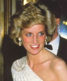 1985 11 11 Prince Charles & Princess Diana at a gala dinner at the National Gallery of Washington Princess Diana Family, Princess Diana Pictures, Real Princess, Princess Of Wales, Lady Diana Spencer, Royal Family Portrait, Princesse Kate Middleton, Diana Fashion, Diane