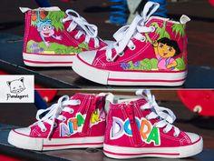Zapatillas de Dora la exploradora para Aitana (de 3 años). Zapatillas pintadas a mano. // Dora the explorer shoes for Aitana (3 years). Custom shoes handpainted.