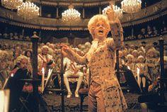 La historia del gran Wolfgang Amadeus Mozart contada por su más grande enemigo, Antonio Salieri en Amadeus.