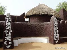 decorative clay plaster design of Hausas adobe architecture Vernacular Architecture, Ancient Architecture, Art And Architecture, Mud Hut, African House, African Interior, Earth Homes, Natural Building, Earthship