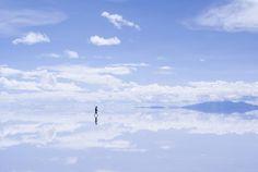 Thật kỳ diệu và kỳ lạ do bà mẹ thiên nhiên tạo ra , tại đất nước Bolivia lại có một cánh đồng muối cực kỳ rộng lớn không phải do nhân tạo . Nó lớn đến nỗi người ta mệnh danh nó chính là cái gương của bầu trời , hay cái gương của bà mẹ trái đất .