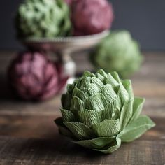 I love these crepe paper artichokes. In this post you will find the full step-by-step tutorial PDF pattern to make your own.