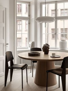 Neutral dining room Trendy design for luxury dining room decor ideas you need to know. Luxury Dining Room, Dining Room Design, Dining Room Furniture, Dining Area, Dining Table, Modern Dining Rooms, Furniture Decor, Deco Cool, Swedish Interiors