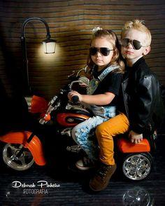 Ensaio infantil. Menino e menina. Motoqueiro.