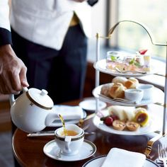 都内の憧れの高級ホテルでちょっと贅沢に英国気分を味わいながら、午後のお茶を楽しんでみませんか?伝統的な英国式からオリジナリティあふれるものまで、それぞれこだわりのアフタヌーンティー(Afternoon tea)を集めてみました。今回はマンダリンオリエンタル東京、ザ・リッツ カールトン東京、ザ・ペニンシュラ東京、帝国ホテル、コンラッド東京、ウエスティンホテル東京、ホテル椿山荘、パークハイアット東京などのこだわりのアフタヌーンティーをご紹介します。