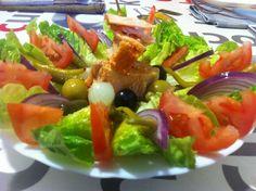 Amanida de cabdells amb taco de tonyina escabetxada, rodanxes de tomàquet, ceba morada i olives