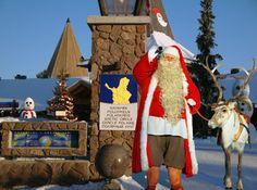 Père et renne au Cercle Polaire en Laponie (Rovaniemi).